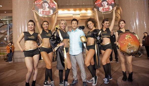 Zou Shiming and the ring girls